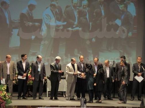 تقدیر از نماینده فرادرس در اختتامیه بیست و دومین کنفرانس مهندسی برق ایران